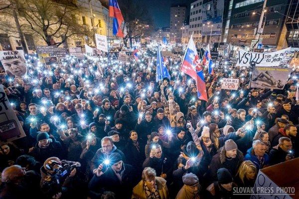 Protesty Za slušné Slovensko, na ktorých sa po smrti novinára Jána Kuciaka a jeho snúbenice, archeologičky Martiny Kušnírovej zúčastňovali desaťtisíce ľudí. Novinárska fotografia roka.