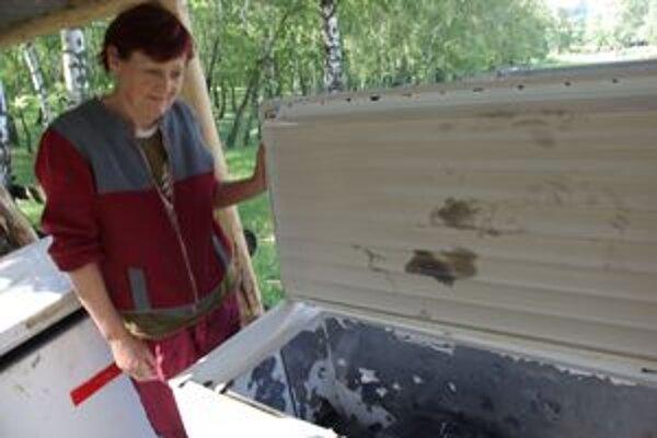 Zamestnankyňa farmy Vlasta Mruškovičová ukazuje, kam ukladajú uhynuté zvieratá.