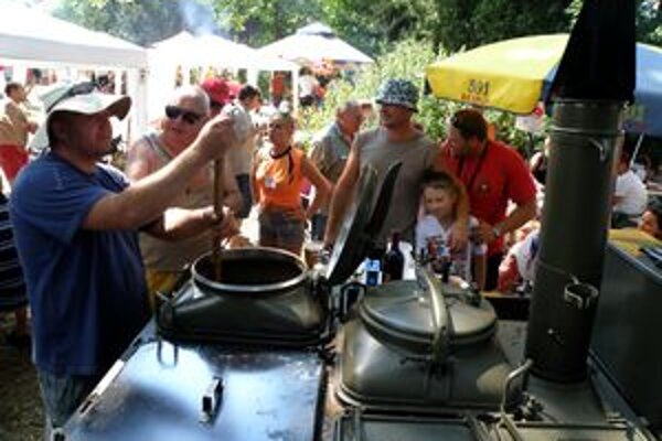 Veteráni navarili svoj guláš vo vojenskej poľnej kuchyni z roku 1961.