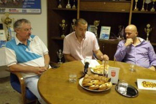 Zľava Ľ. Kubovič, Ľ. Cifra a J. Korňan referovali o novej sezóne v MŠK.