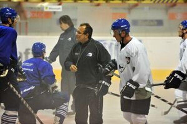 Tréner Július Pénzeš už priviedol svojich zverencov na ľad.