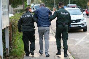 Vodič Ferari v sprievode polície. Po zaplatení peňažnej kaucie aj on odišiel domov.