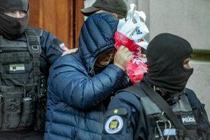Zoltán Andruskó (druhý zľava) po výsluchu na Špecializovanom trestnom súde.