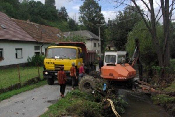 Na Sklenom dnes vodohospodári pokračovali v čistení potoka. Obyvatelia už vodu v príbytkoch nemajú.