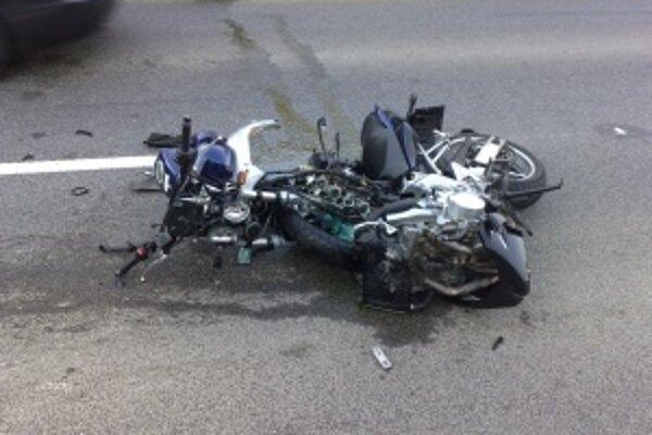 Toto zostalo z motorky po zrážke s osobným autom.