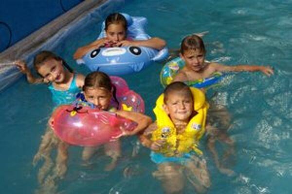 V záhrade bolo veselo. bazén bol plný vody a detí.