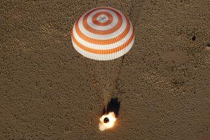 Modul Sojuz MS-08 pristáva v kazašskej stepi.