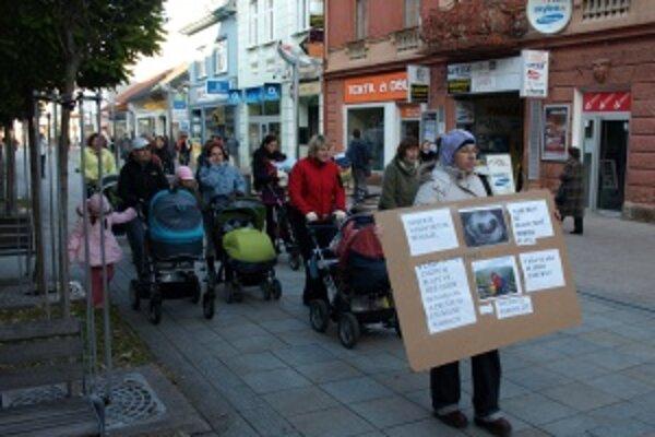 Mamičky dnes protestovali na pešej zóne v Martine medzi 15.30 a 16.30 h.