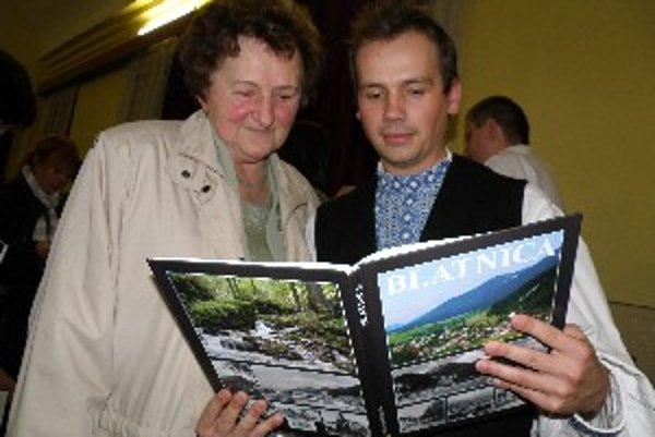 Elena Pakánová s Tomášom Letrikom sa z novej monografie o Blatnici tešili.