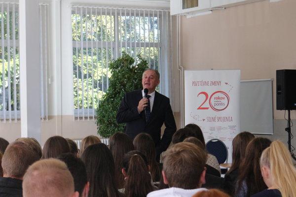 Andrej Kiska počas prednášky študentom.