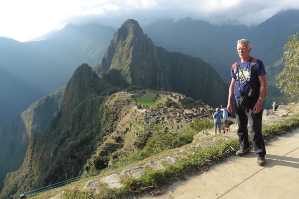 Emil Tóth pred impozantným Machu Picchu.