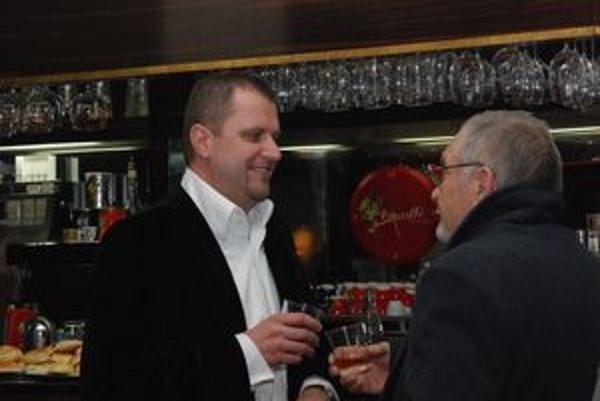 Andrej Hrnčiar čakal na výsledky volieb v divadelnej kaviarni.