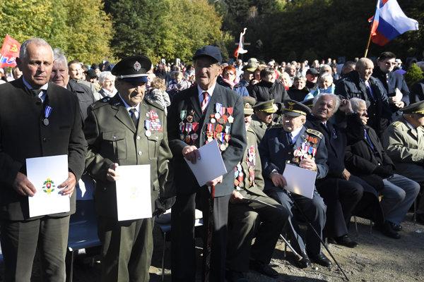 Ocenení vojnoví veteráni. FOTO TASR/ František Iván