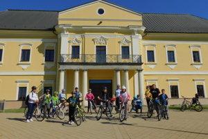 Účastníci cykloakcie pred kaštieľom.