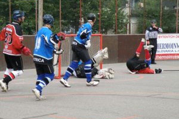 Double team Pov. Bystrica (v modrom) pred bránou LG Bratislava.