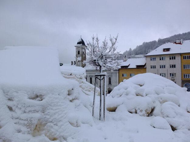 Zvyšky adrenalínového podujatia Big air v Kremnici dnes zakryl sneh.