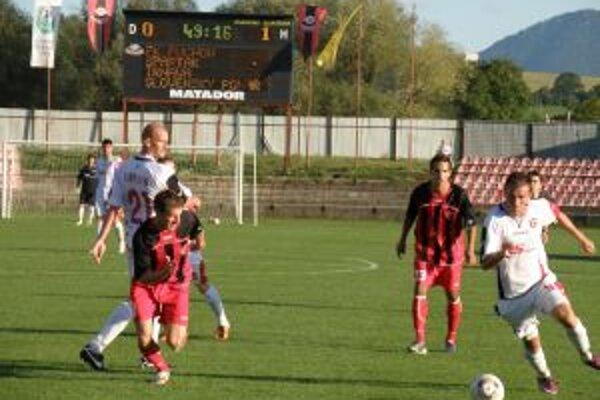 Trnavčan Tomaček (vpravo v bielom) viackrát ohrozil Igaza, no zápas pre zranenie nedohral.