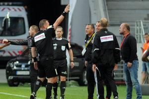 Rozhodca vykazuje trénera Spartaka Trnava Radoslava Látala v zápase proti Slovanu Bratislava.