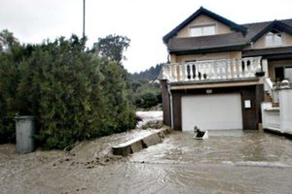 Potok sa rozvodnil a rozlial po okolí.