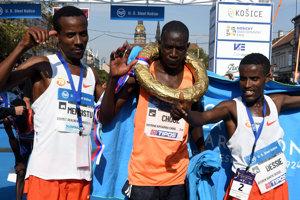 Zľava: Shumet Mengistu z Etiópie (3. miesto), Raymond Choge z Kene (1. miesto) a Aychev Bantie Dessie z Etiópie (2. miesto)