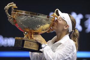 Caroline Wozniacka bozkáva víťaznú trofej.