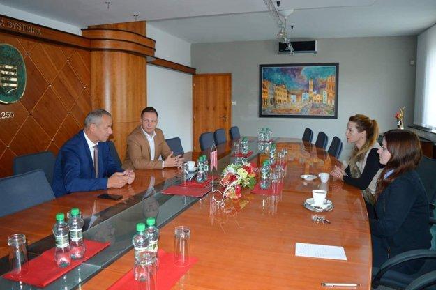 Rokovanie s predstaviteľmi mesta.