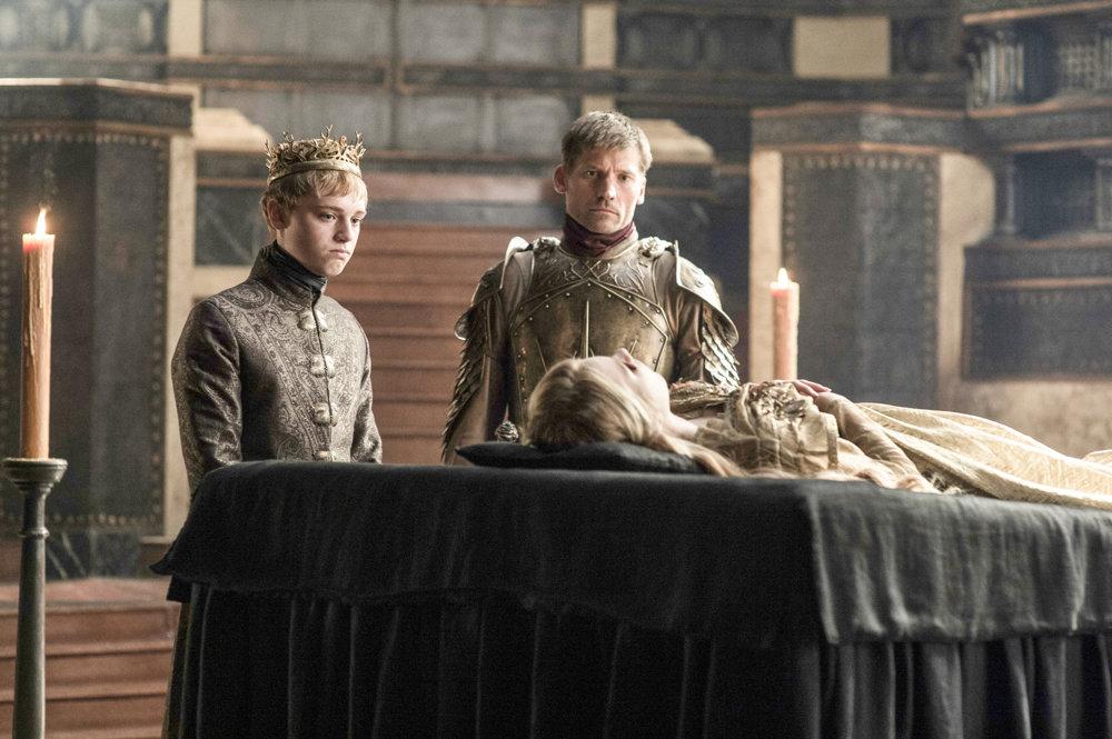 Dean-Charles Chapman ako mladý kráľ Tommen Baratheon a Nikolaj Coster-Waldau ako Jamie Lannister. Trúchlia nad telom mŕtvej Myrcelly Baratheon, Tommenovej sestry.