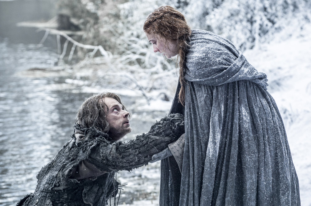 Alfie Allen ako Theon Greyjoy so Sansou Stark. Skok prežili. Ako veľmi bude pomáhať Sanse?