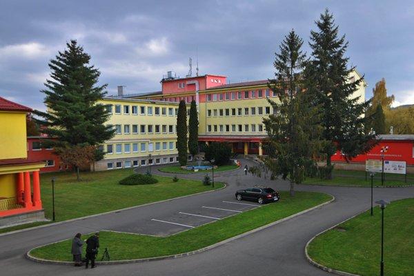 Areál a hlavná budova Ľubovnianskej nemocnice.