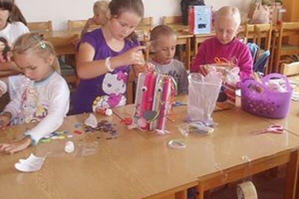 Počas tvorivých dielní deti vyrábali darčeky a rôzne predmety.