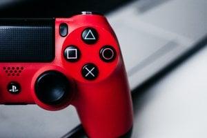 Ovládač PlayStation 4.