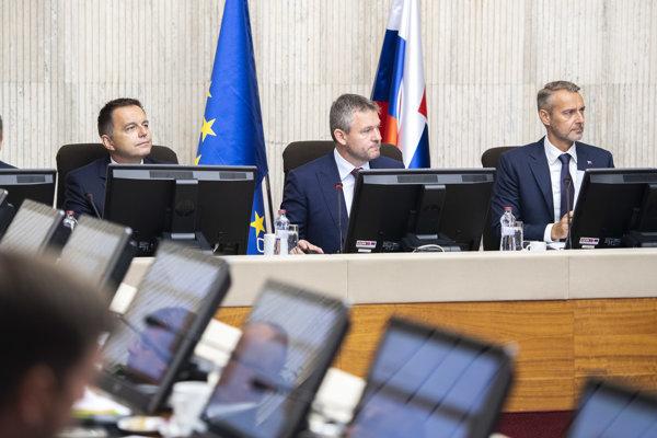 Na snímke zľava podpredseda vlády a minister financií SR Peter Kažimír, predseda vlády SR Peter Pellegrini a podpredseda vlády SR pre investície a informatizáciu Richard Raši.