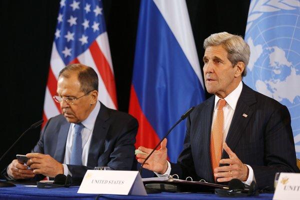 Ruský minister zahraničných vecí (vľavo) a americký minister zahraničných vecí John Kerry.