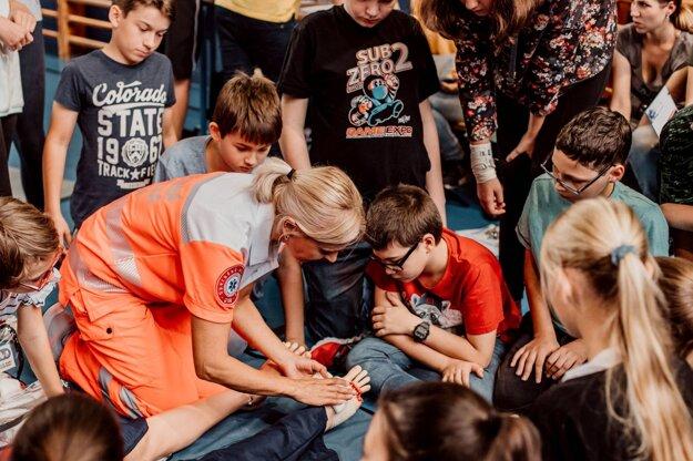 VBratislave sa deti tento rok spodporou Nadácie VÚB zoznámili so základmi prvej pomoci, ktoré zachraňujú život.
