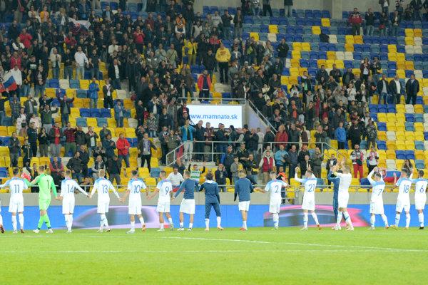 Mladí Slováci oslavujú svoj triumf s divákmi.