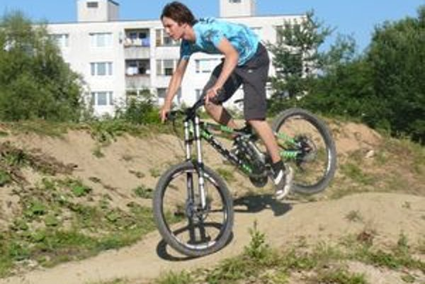 Bikeri nemali kde jazdiť, sami sa chytili iniciatívy.