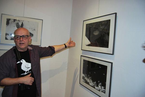 Fotograf Peter Župník počas komentovanej prehliadky výstavy