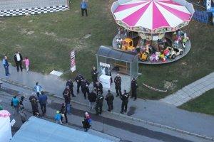 Rozruch na autobusovej zastávke. Prilákal mestských aj štátnych policajtov.