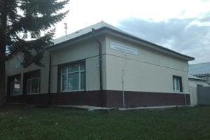 Obe nehnuteľnosti (bývalý kaštieľ aj sivý dom) v Sečovciach, prenajaté škole, vlastní eseročka S1 a inkasuje astronomické nájomné dohodnuté na 15 rokov.
