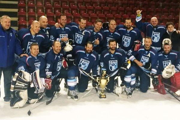 Hokejoví veteráni z Nitry vyhrali víkendový turnaj v Banskej Bystrici.