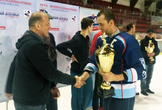 Víťazný pohár prebral kapitán Miroslav Kováčik, inak riaditeľ HK Nitra.