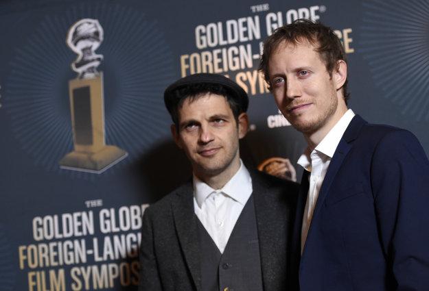 S režisérom Lászlóm Nemesom na odovzdávaní Zlatých glóbusov.