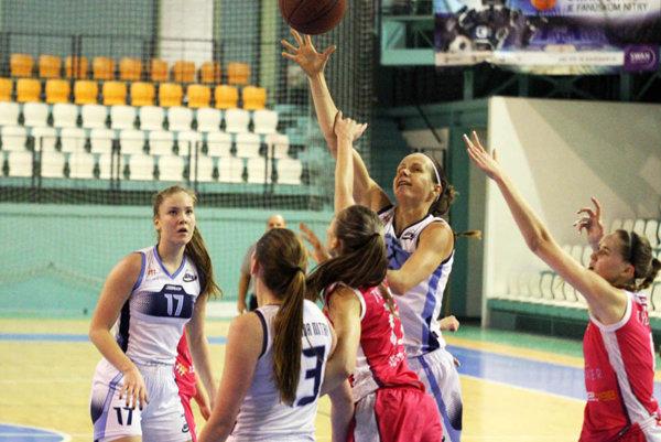Nitrianky v sobotu porazili súperky z Košíc. V bielom zľava Mikulášiková (17), Fehérová (13) a Babariková.