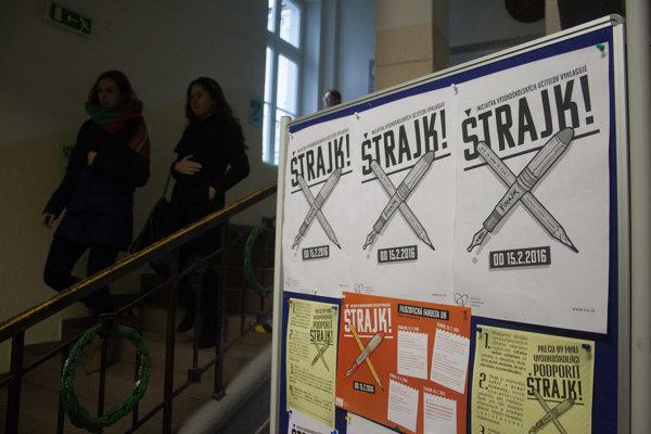 Plagát štrajkového výboru vyvesený na Filozofickej fakulte UK.