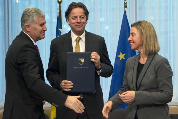 Bosniansky prezident Dragan Čovič (vľavo) predložil holandskému ministrovi zahraničných vecí Bertovi Koendersovi (uprostred) žiadosť svojej krajiny o členstvo v Európskej únii. Vpravo vysoká predstaviteľka EÚ pre zahraničné veci a bezpečnostnú politiku Federica Mogheriniová.