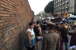 Britka BrittneySchneiderová na mieste činu pri múre Tha Pae.