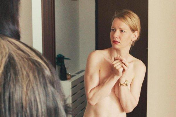 Hlavnou hrdinkou filmu Erdmann je workoholička Ines.