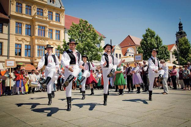 Lukáš Milan je zachovávateľom ľudových tradícií. Už niekoľko rokov tancuje v známom folklórnom súbore Poleno, s ktorým vystupujú po celom svete.