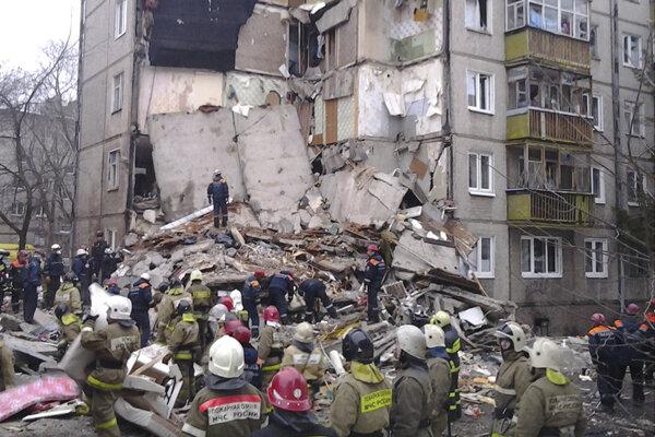 Poškodený päťposchodový dom budú musieť zbúrať.