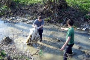 Žiaci vyčistili aj potok.